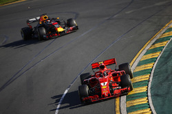 Kimi Raikkonen, Ferrari SF71H, devant Daniel Ricciardo, Red Bull Racing RB14 Tag Heuer