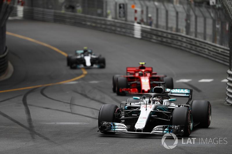 Lewis Hamilton, Mercedes AMG F1 W09, precede Kimi Raikkonen, Ferrari SF71H, e Valtteri Bottas, Mercedes AMG F1 W09