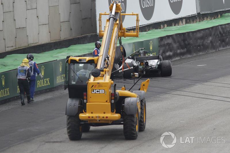 El coche chocado de Lewis Hamilton, Mercedes-Benz F1 W08 es removido en la Q1