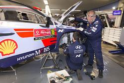 Mecánico de Hyundai Motorsport en el trabajo