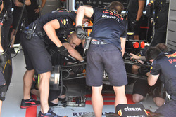 Red Bull Racing RB14 nel garage