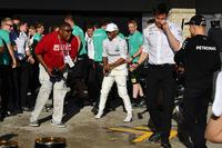 Льюіс Хемілтон, Mercedes AMG F1, Тото Вольфф, директор Mercedes AMG F1 та Валттері Боттас, Mercedes AMG F1 святкують перемогу з шампанським