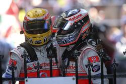 Segundo lugar Fernando Alonso, McLaren MP4-22, felicita al tercer lugar Lewis Hamilton, McLaren MP4-