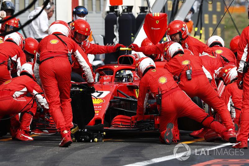 Kimi Raikkonen, Ferrari SF71H, masuk pit
