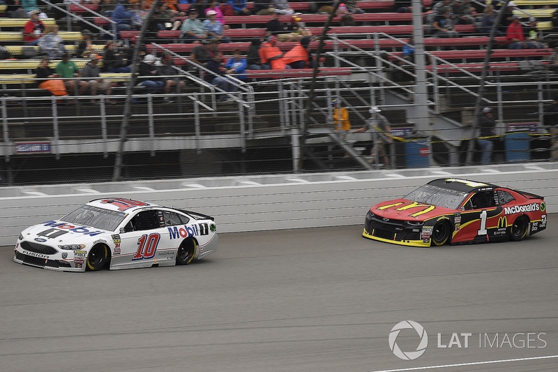 Aric Almirola, Stewart-Haas Racing, Ford Fusion Mobil 1 and Jamie McMurray, Chip Ganassi Racing, Chevrolet