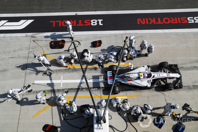 Sergey Sirotkin, Williams FW41 Mercedes, sale de pit box