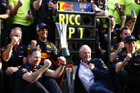 Yarış galibi Daniel Ricciardo, Red Bull Racing, Jonathan Wheatley, Takım Menajeri, Red Bull Racing, Christian Horner, Takım Patronu, Red Bull Racing, Helmut Markko, Danışman, Red Bull Racing, Max Verstappen, Red Bull Racing ve takım zaferi kutluyor