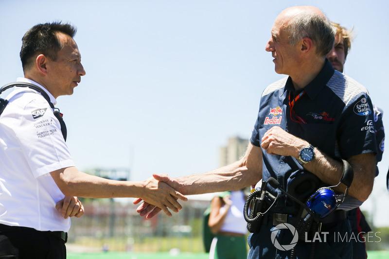 Yusuke Hasegawa, máximo representante de Honda en F1, estrecha la mano de Franz Tost, jefe de la Scuderia Toro Rosso