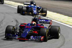 Пьер Гасли, Scuderia Toro Rosso STR12, и Маркус Эрикссон, Sauber C36