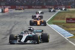 Lewis Hamilton, Mercedes AMG F1 W09, voor Fernando Alonso, McLaren MCL33