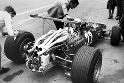 Mauro Forghieri talks to Chris Amon, Ferrari 312