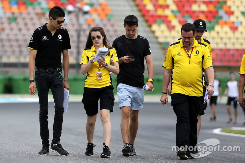 Trackwalk: Esteban Ocon, Ersatzfahrer, Renault Sport F1 Team