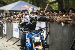 Aras Gibieza in Neu-Delhi mit Fans
