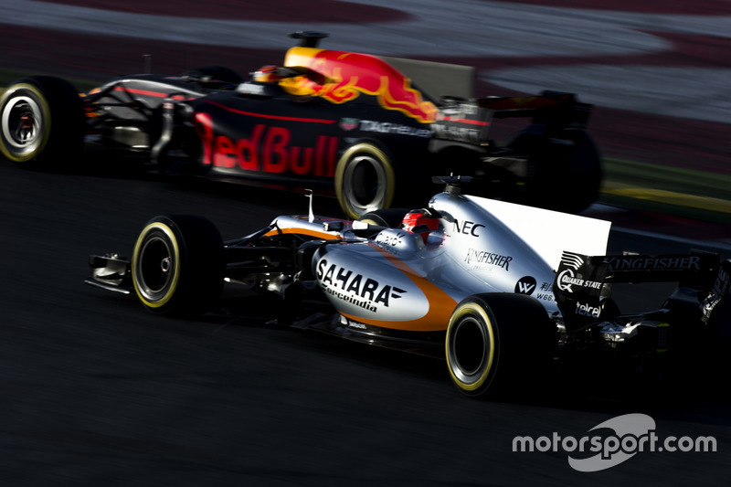 Esteban Ocon, Force India VJM10, y Max Verstappen, Red Bull Racing RB13