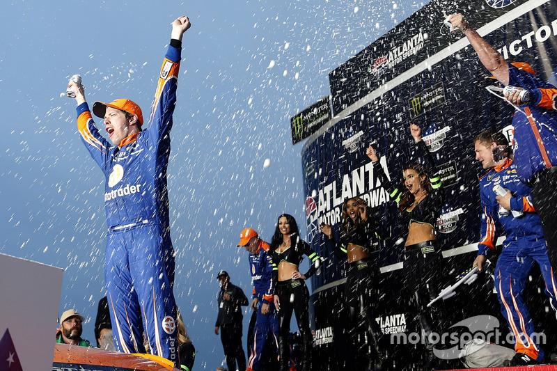 9. Brad Keselowski, Team Penske Ford, celebra en Victory Lane
