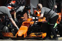 Механики McLaren работают над MCL32 Фернандо Алонсо