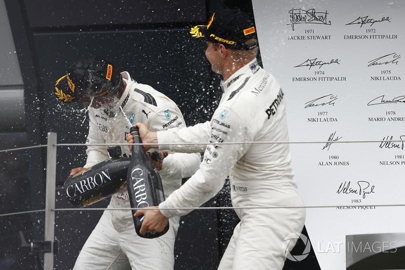 Ganador de la carrera Lewis Hamilton, Mercedes AMG F1, segundo lugar Valtteri Bottas, Mercedes AMG F1, en el podio