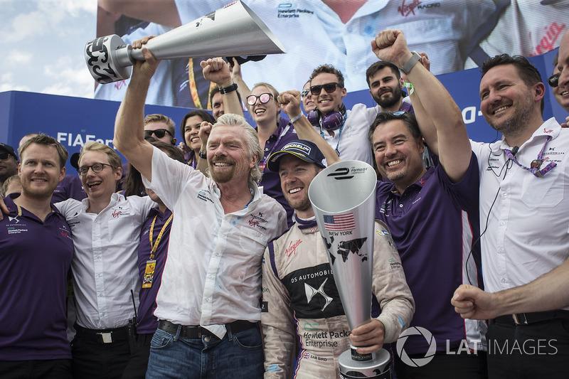 Sir Richard Branson y Sam Bird, DS Virgin Racing, celebran con el equipo