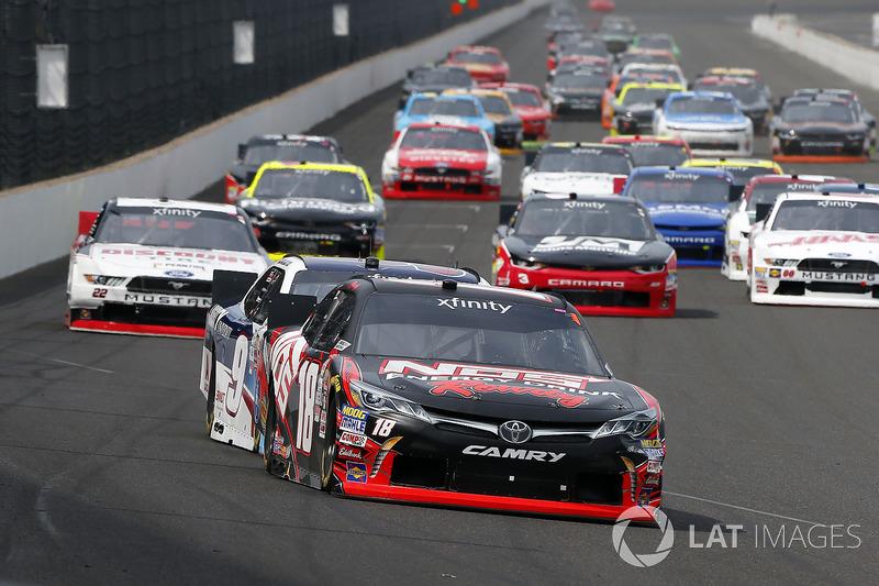 Kyle Busch, Joe Gibbs Racing Toyota y William Byron, JR Motorsports Chevrolet