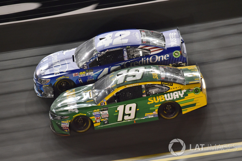 Kyle Larson, Chip Ganassi Racing Chevrolet, Daniel Suárez, Joe Gibbs Racing Toyota