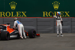 Fernando Alonso, McLaren detenido en la pista en la PL1