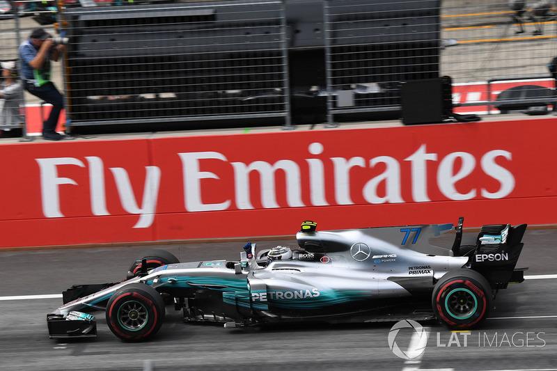 Переможець гонки Валттері Боттас, Mercedes AMG F1 F1 W08, перетинає фінішну лінію