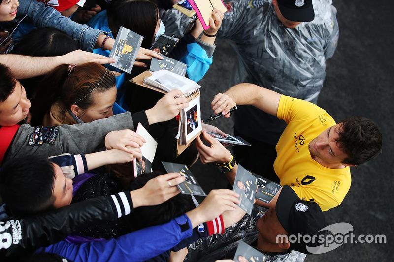 Jolyon Palmer, Renault Sport F1 Team Sport F1, firma autografi ai tifosi