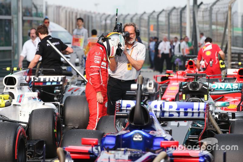 Себастьян Феттель, Ferrari, розглядає Mercedes AMG F1 W08 Льюіса Хемілтона