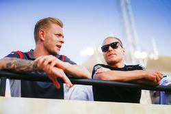 Kevin Magnussen, Haas F1 Team, et Valtteri Bottas, Mercedes AMG
