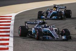 Valtteri Bottas, Mercedes F1 W08; Lewis Hamilton, Mercedes AMG F1 W08
