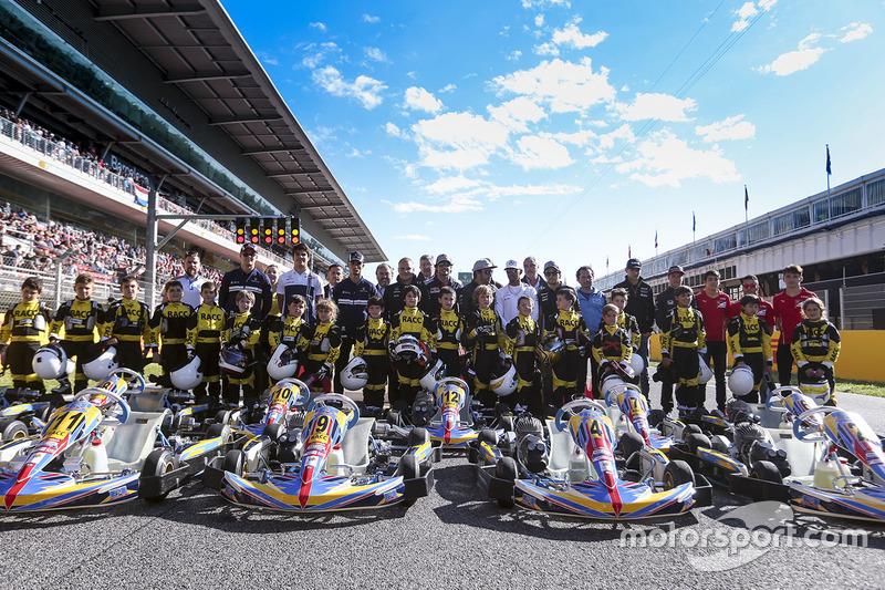 Групповое фото: гонщики Ф1 и юные картингисты