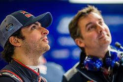 Гонщик Scuderia Toro Rosso Карлос Сайнс-мл. и технический директор команды Джеймс Ки