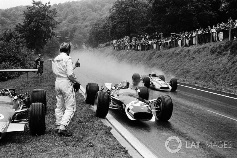 Гонщик Lotus Йозеф Зіфферт зупинився на узбіччі, щоб взяти сухий візор у Грема Хілла, який зійшов .
