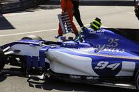 Pascal Wehrlein, Sauber C36, hasar görmüş aracıyla