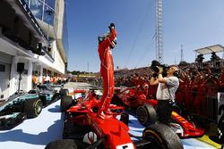 Sebastian Vettel, Ferrari, feiert seinen Sieg im Parc Ferme