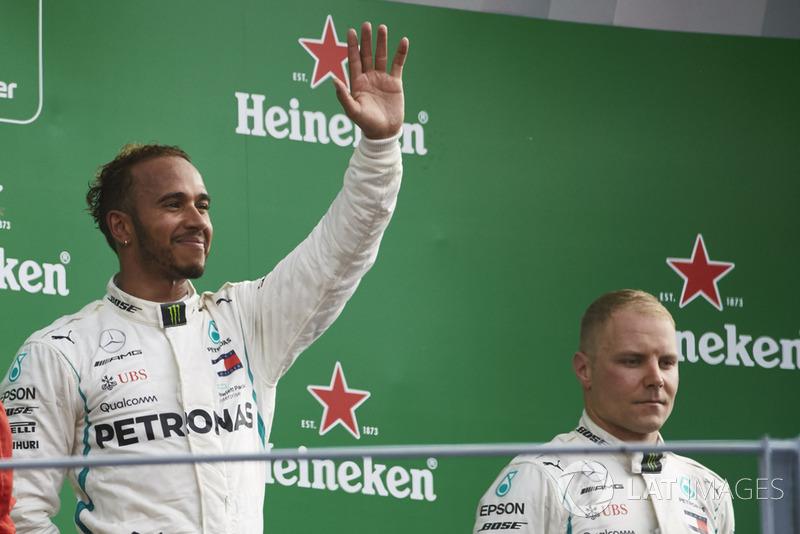 Lewis Hamilton y Valtteri Bottas, Mercedes AMG F1, celebrando en el podio de Monza