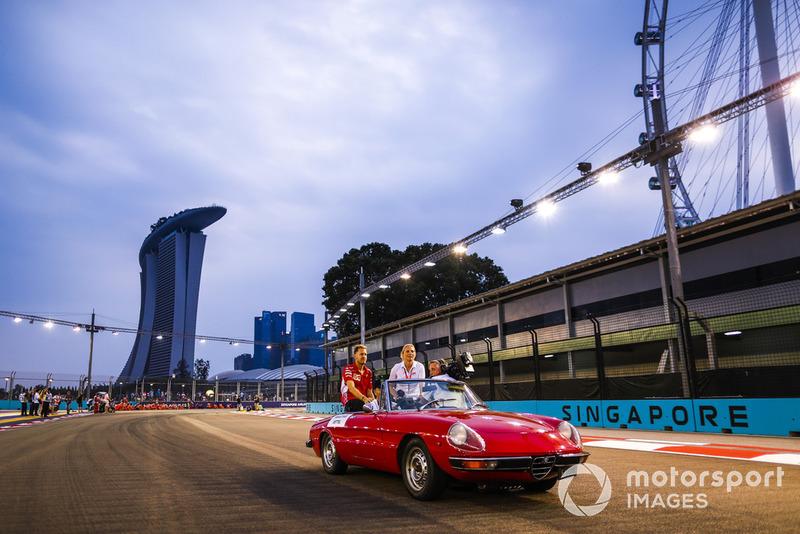 Sebastian Vettel, Ferrari, en un Alfa Romeo Spyder en el desfile de pilotos