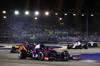 Brendon Hartley, Toro Rosso STR13, precede Stoffel Vandoorne, McLaren MCL33, e Lance Stroll, Williams FW41