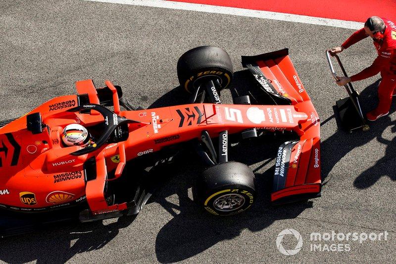 Sebastian Vettel, Ferrari SF90, in pit lane con un meccanico