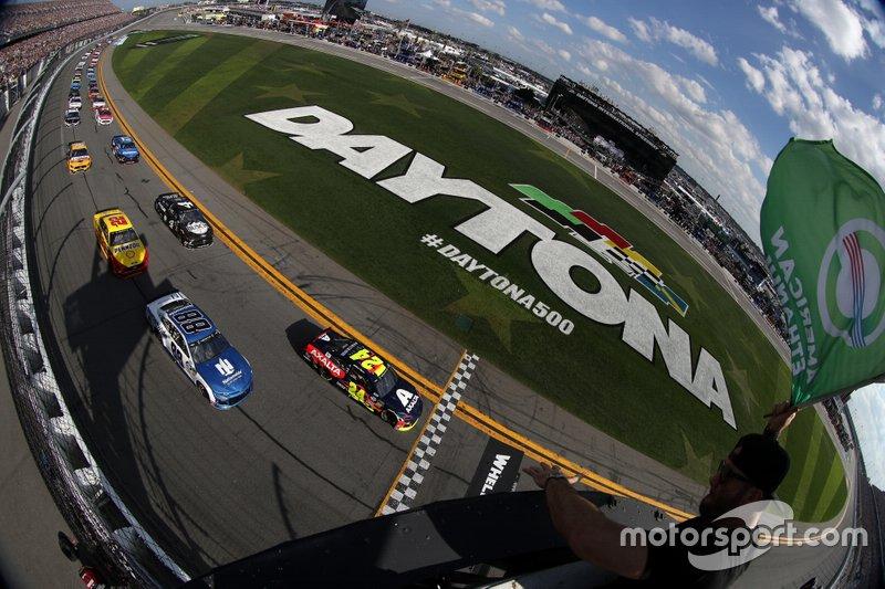 Start zum 61. Daytona, Auftakt der NASCAR Cup-Saison 2019: William Byron, Hendrick Motorsports, Chevrolet Camaro Axalta, führt