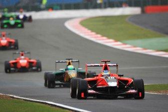Adrian Quaife-Hobbs, Marussia Manor Racing, rentre aux stands devant James Calado, Lotus ART, Mitch Evans, MW Arden