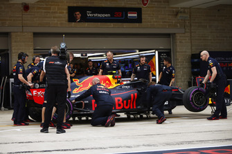 Mechanics inspect the car of Max Verstappen, Red Bull Racing RB14, in the pit lane during Qualifying