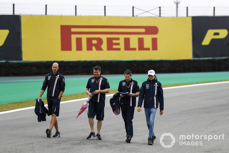 Esteban Ocon, Force India, ispeziona il circuito con i colleghi