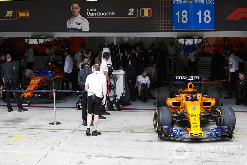 Stoffel Vandoorne, McLaren MCL33, sort du garage