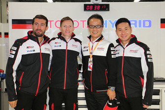 Kamui Kobayashi, Jose Maria Lopez, Mike Conway, Toyota Gazoo Racing con Shigeki Tomoyama, Presidente de Gazoo Racing