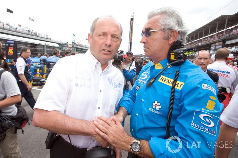 Ron Dennis, McLaren Mercedes discute avec Flavio Briatore, Renault F1 Team
