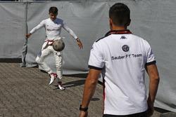 Charles Leclerc, Sauber, jugando al fútbol