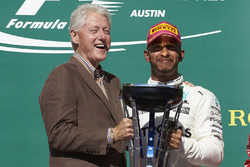 Former US President Bill Clinton and Race winner Lewis Hamilton, Mercedes AMG F1, with the winners trophy