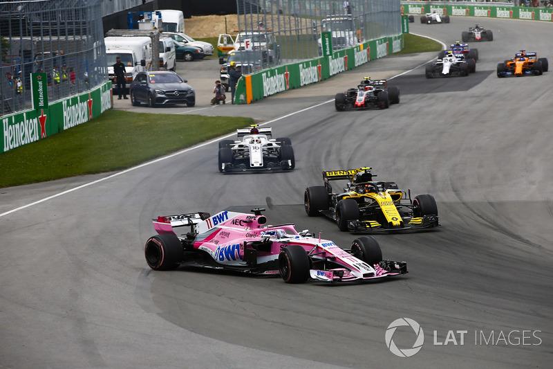 Sergio Perez, Force India VJM11, en lutte avec Carlos Sainz Jr., Renault Sport F1 Team R.S. 18