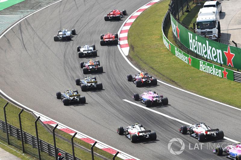 Sebastian Vettel, Ferrari SF71H y Kimi Raikkonen, Ferrari SF71H en la arrancada